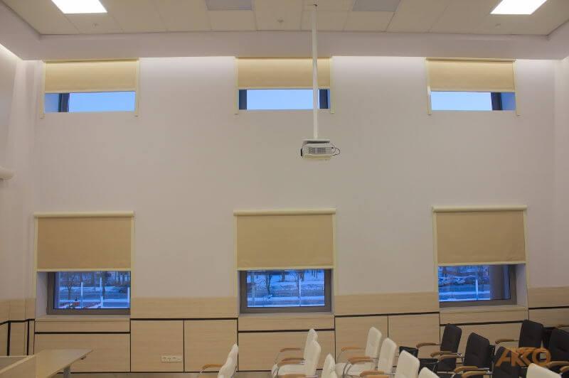Рулонные шторы в интерьере музея